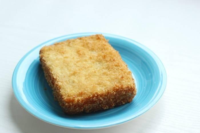 7. Излишки масла промокните бумажной салфеткой и подавайте жареный сэндвич с моцареллой к столу. Приятного аппетита!