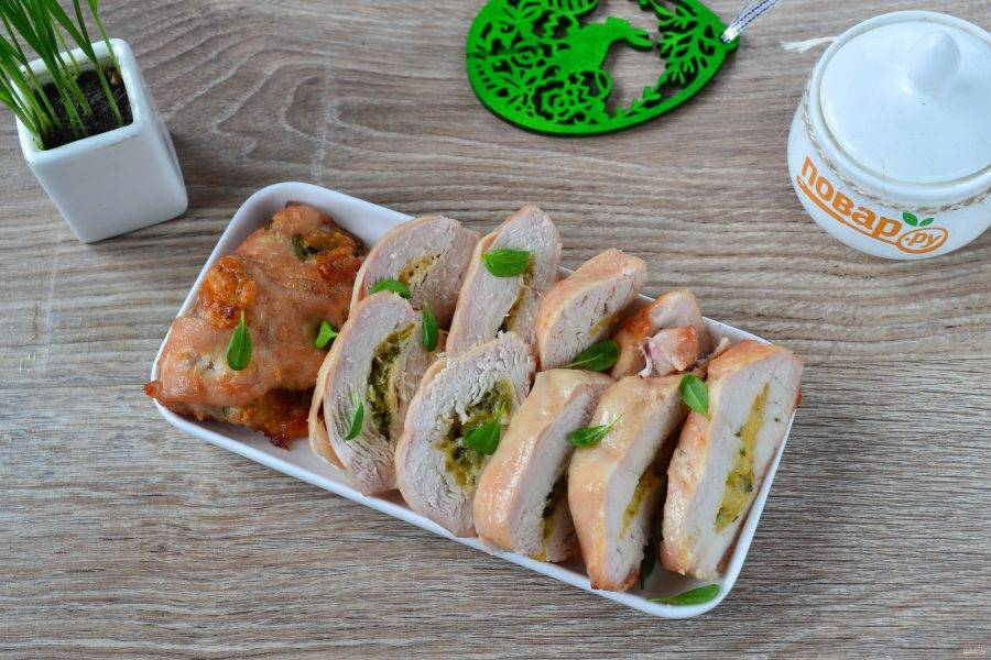 Куриные кармашки со шпинатом и чесноком готовы. Подавать их можно целыми или порезанными на кусочки. Приятного аппетита!