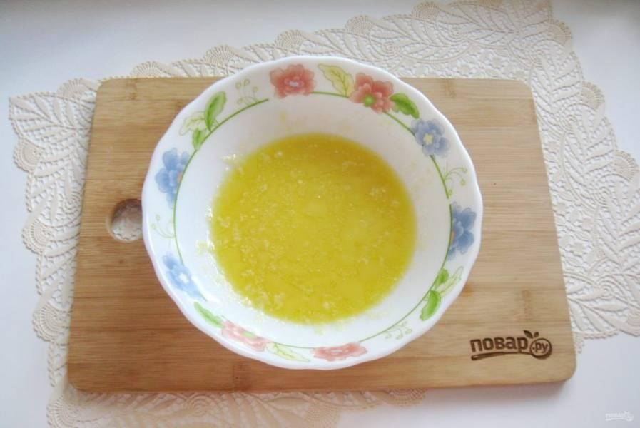 Растопите масло с медом в микроволновке или на водяной бане.