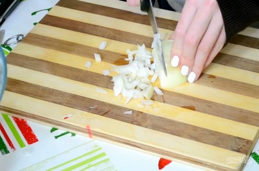 1. Для начала нам нужно отварить рис до готовности. Лучше брать круглый рис, он для салата подходит идеально. Тем временем шинкуем лук мелкими кубиками.