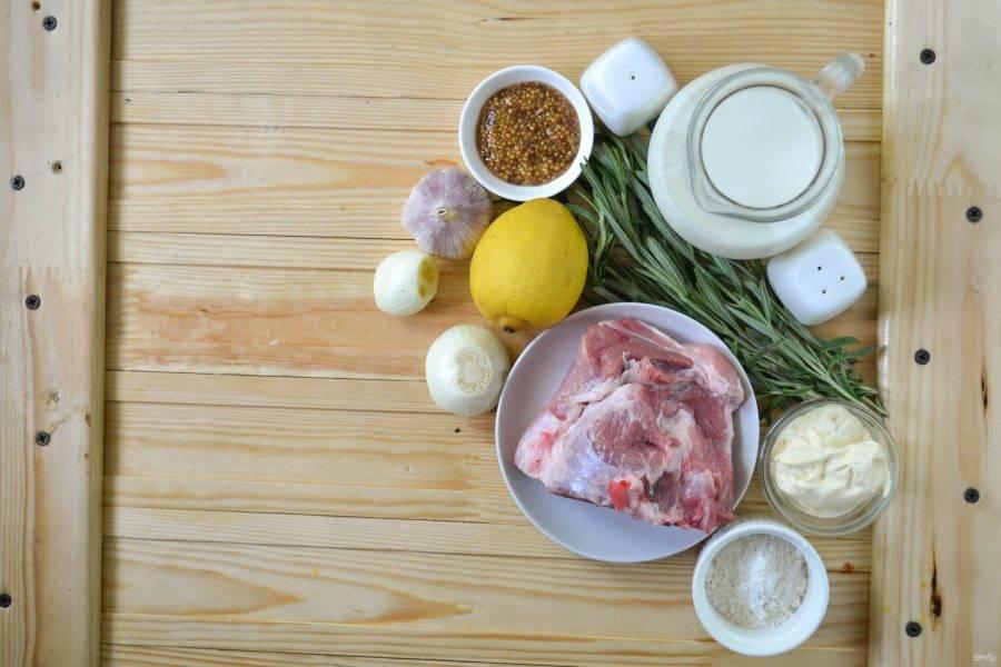 Подготовьте все необходимые ингредиенты. Кусочек свинины выбирайте не слишком сухой, на нем обязательно должно быть немного жира, иначе готовое блюдо получится суховатым, хоть и будет тушиться.