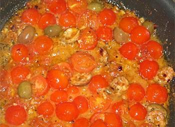 4. Помидоры лучше отправить в духовку немного запечься. Противень не забудьте смазать маслом или постелить фольгу. В большую кастрюлю налейте немного оливкового масла и отправьте туда чеснок, перец чили и помидоры. Тушите около пяти минут.