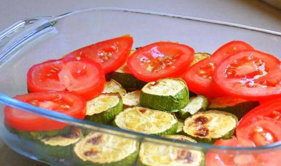Затем выкладываем в форму для запекания вначале слой кабачков, затем помидоров.