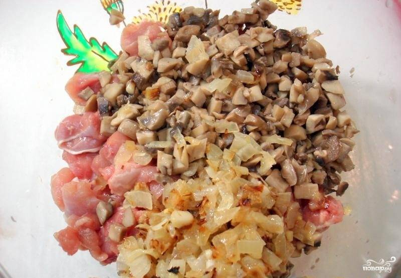 4.В миске смешиваем обжаренные грибы, лук и сырое мясо, солим и перчим по вкусу.