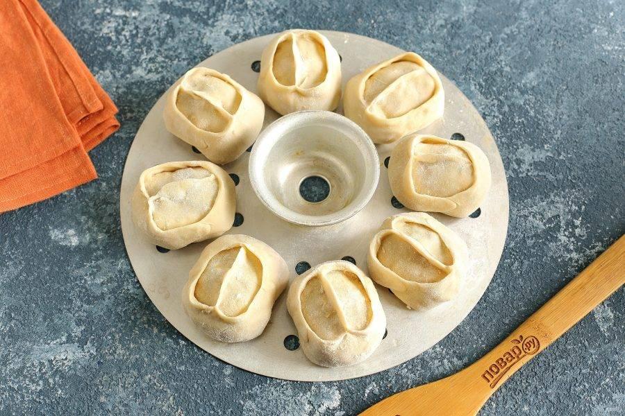Выложите манты на смазанную маслом решетку мантоварки и готовьте на пору около 45 минут.