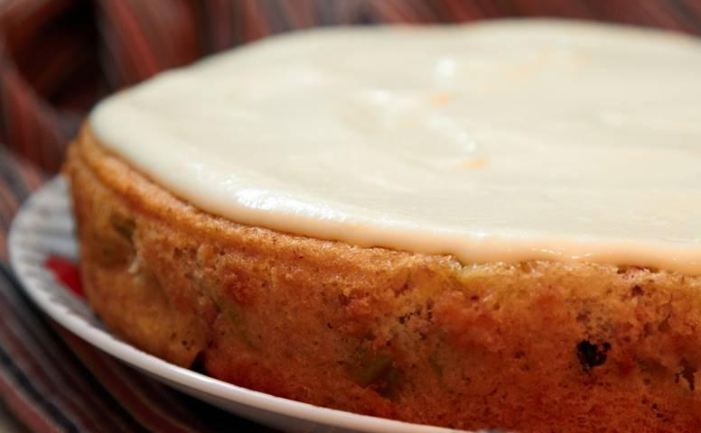 14. И разровняйте. Вот и все, аппетитный пирог с заварным кремом и яблоками в домашних условиях готов!