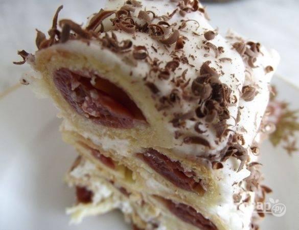 9. Последний штрих — присыпка из тертого шоколада. Вот такой красивый тортик получается в разрезе. Сочетание сладкого крема с кислыми вишнями — просто потрясающее.