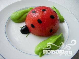 Уложить кружочки на помидоры, чтобы получилась божья коровка. Сделать головы с 1 / 2 маслины и 2 кончиками лука, окружить гороховым пюре. Сделать это со всеми помидорами и сразу подавть.