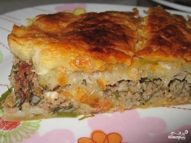 Готовый слоеный мясной пирог подавать можете со сметаной или томатным соусом. Приятного аппетита!