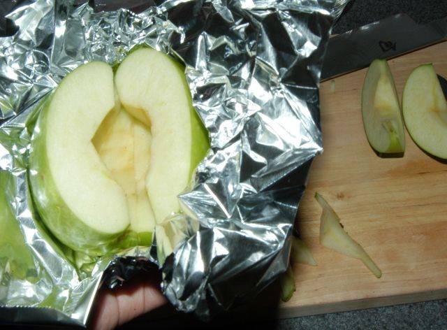 Соберите дольки яблока в фольге.