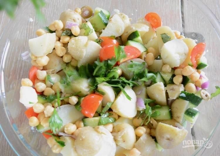9.Смешайте все подготовленные овощи, сыр, петрушку и базилик.