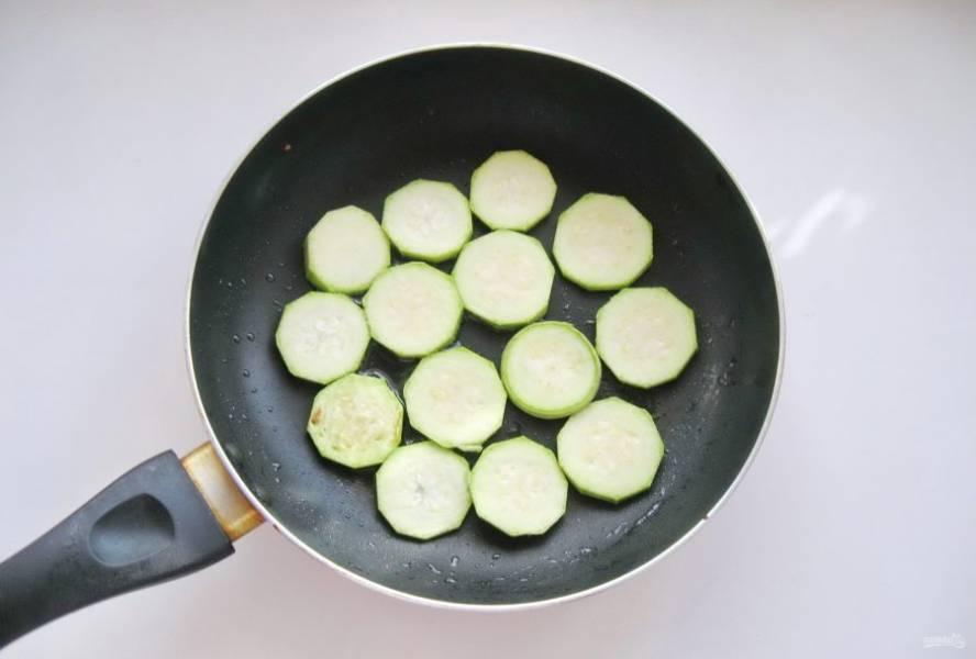 Кабачок очистите помойте и нарежьте также, как и баклажан. Выложите в горячую сковороду с маслом.