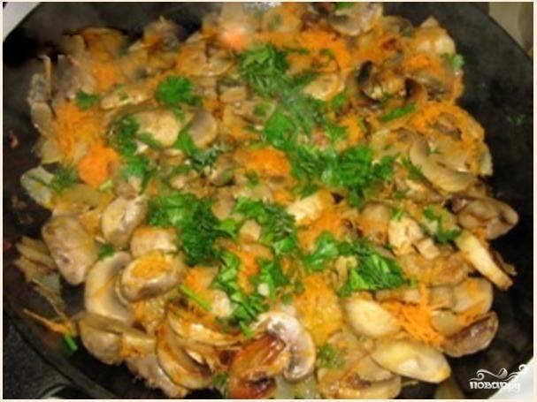 3. Добавьте измельченную петрушку, натертую отварную морковь (отварите её заранее), соль и перец. Перемешайте, тушите под крышкой на медленном огне минут 5. Затем выключите огонь и оставьте грибы с овощами накрытыми минут на 10, потом снимите крышку и дайте смеси остыть.