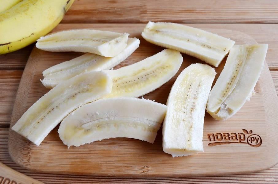 Бананы освободите от кожуры. Порежьте на 4 части, как на фото.