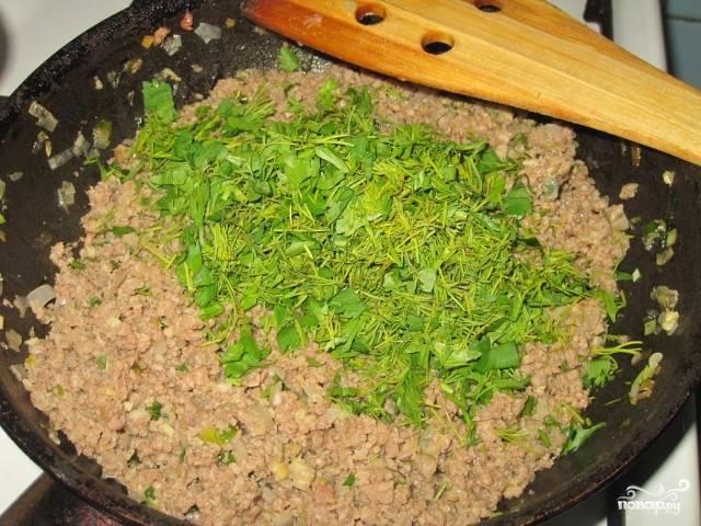 В готовую начинку добавьте мелко нарубленную зелень.