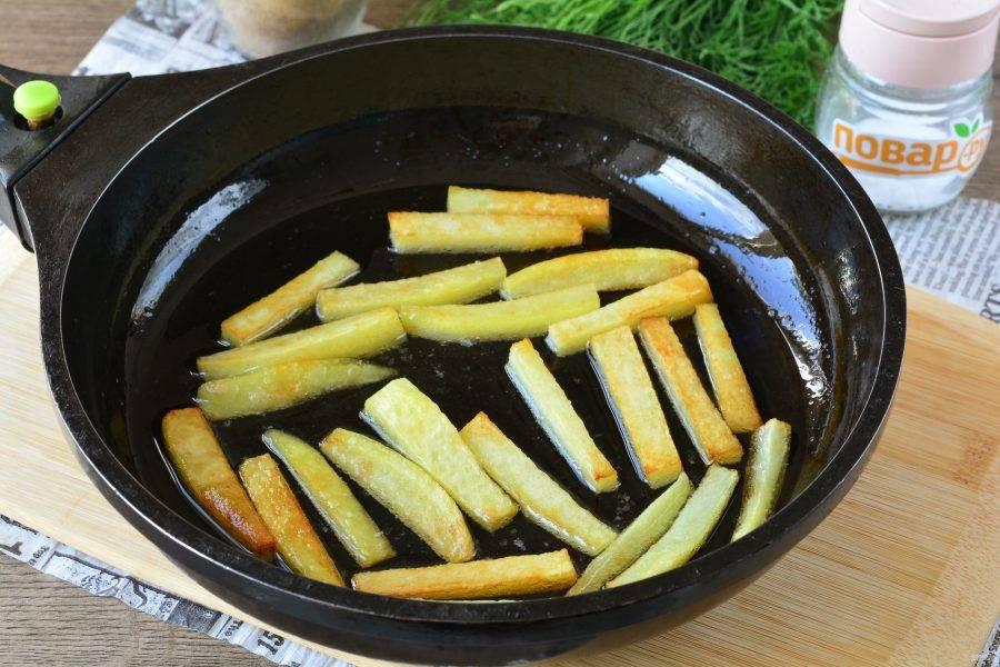 Обжарьте картошку на масле в сковороде или сотейнике. Картофель фри остудите и выложите на салфетки.