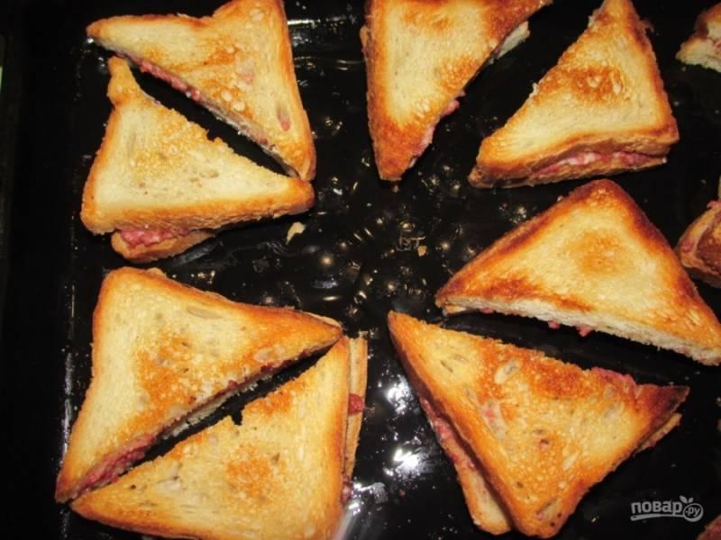 8. Когда они покроются такой красивой корочкой, бутерброды готовы! Подавайте их в горячем виде.