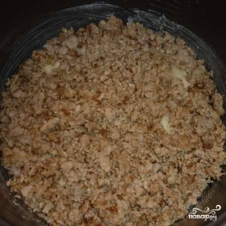 На сковороде обжарьте фарш и мелко нашинкованный лук. Выложите обжаренный фарш сверху на картофель.