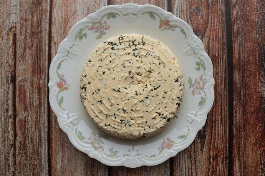 Готовый сыр положите в холодильник на 1-2 часа. Из указанного количества ингредиентов получается около 500 грамм сыра. Приятного аппетита!
