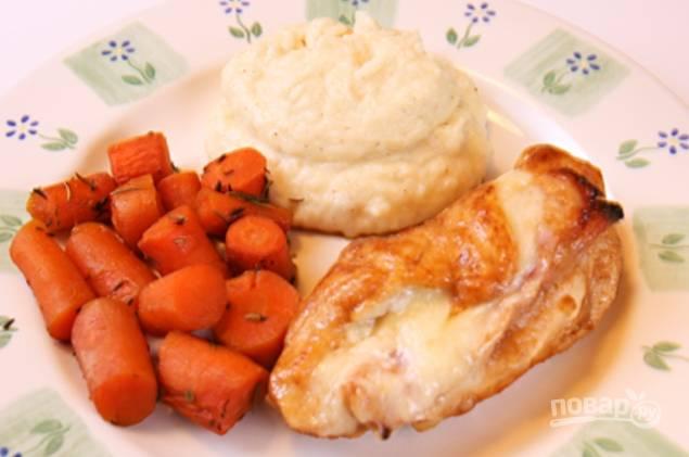Духовку нагрейте до 180 градусов, отправьте туда морковь тушиться на час. Если жидкость выкипает, добавляйте.