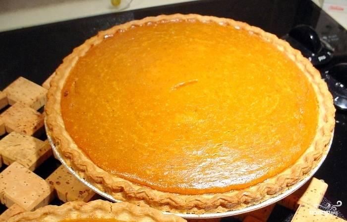 Как пирог остынет, его можно доставать из формы и подавать к столу. Но всё-таки лучше предварительно его охладить.