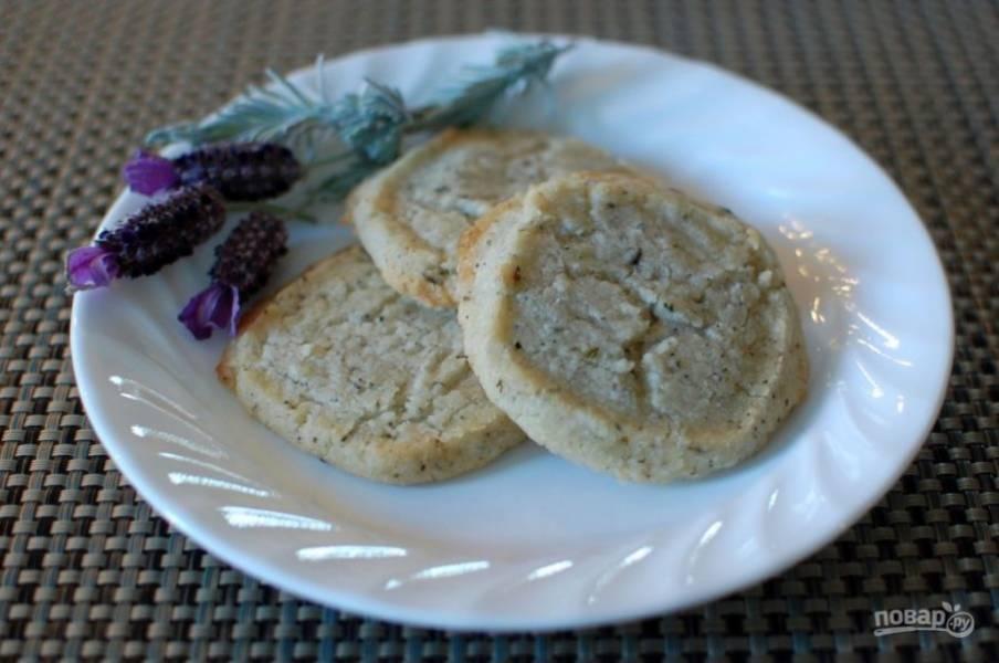 5.Запекайте печенье при 180 градусах около 10-12 минут. Подавайте его после остывания.
