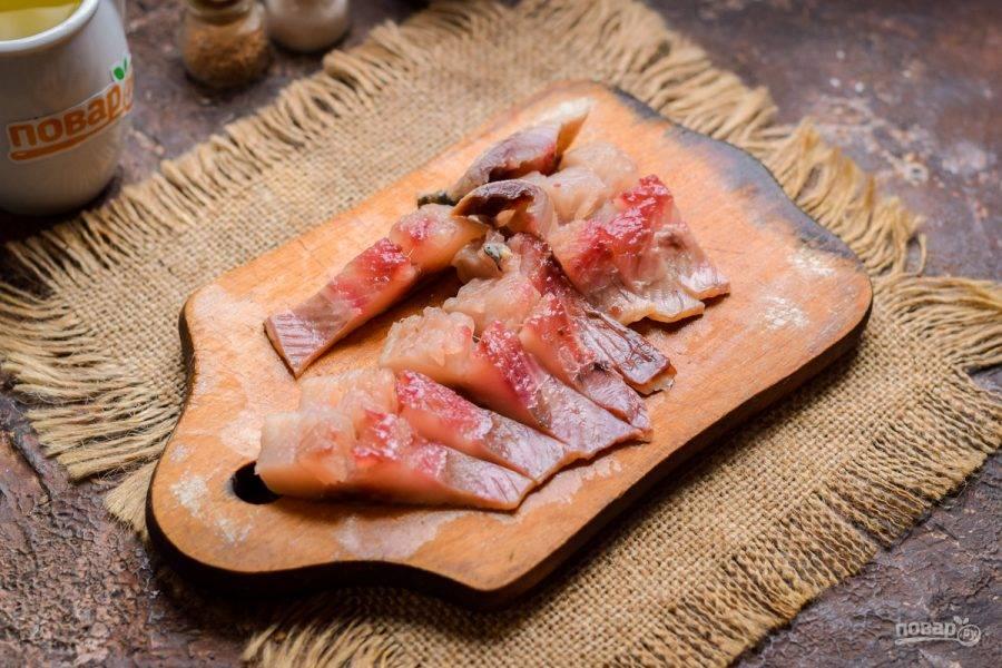 Сельдь очистите от костей, удалите все мелкие косточки. Работайте внимательно, чтобы ничего не пропустить, можно воспользоваться пинцетом. Нарежьте филе рыбы небольшими кусочками.