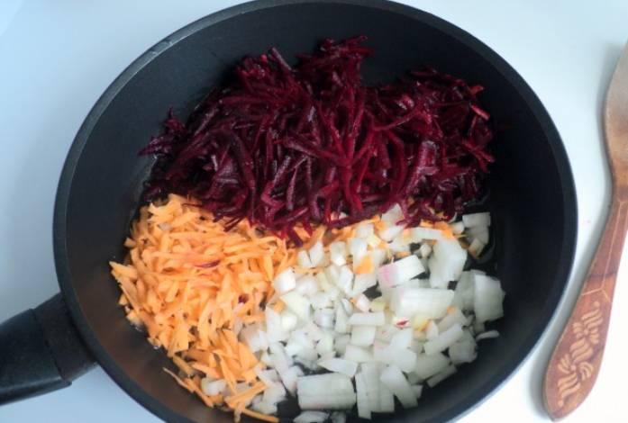 Разогреваем растительное масло в сковороде. Обжариваем свеклу, морковь и лук. Примерно 5 минут.
