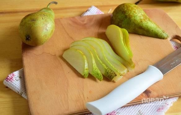 5. Вымойте груши, удалите сердцевину и при желании кожуру. Нарежьте тонкими ломтиками.