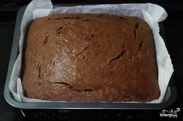 8. Выпекайте минут 40-60, в зависимости от размера формы. После шоколадно-банановый торт в домашних условиях нужно как следует остудить.