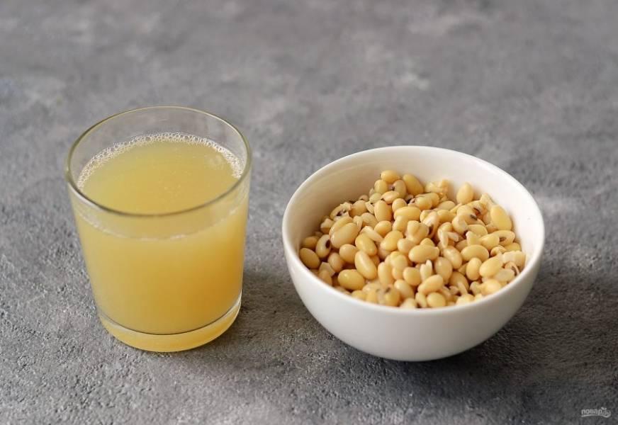 После варки слейте воду, но оставьте 1 стакан жидкости, в которой варились соевые бобы.