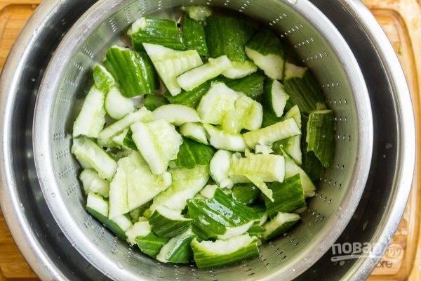 3.Выложите огурцы в дуршлаг или сито и посыпьте солью, перемешайте и оставьте на полчаса, чтобы избавиться от лишней влаги.