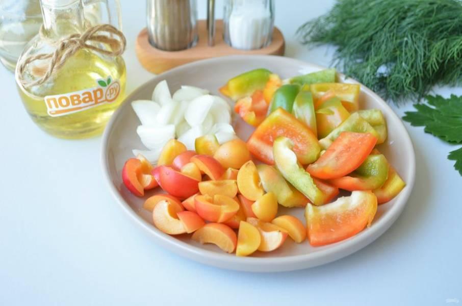 3. У перца удалите семена, нарежьте крупно. Очистите лук, чеснок, нарежьте некрупно. Алычу порежьте на 2-4 части, удалите косточки.