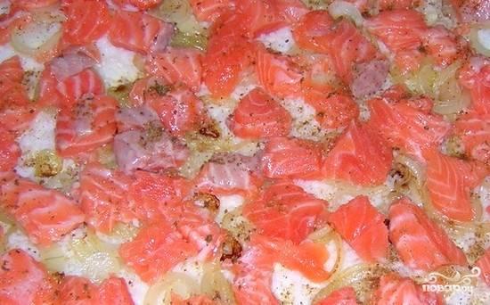На промасленную форму выложите тесто (если необходимо — тесто раскатайте), положите сверху начинку из сёмги и лука. Второй слой теста вам точно надо будет раскатать. Далее накройте им начинку, защипывайте края у этого рыбного пирога. Главное — оставить небольшое отверстие сверху.