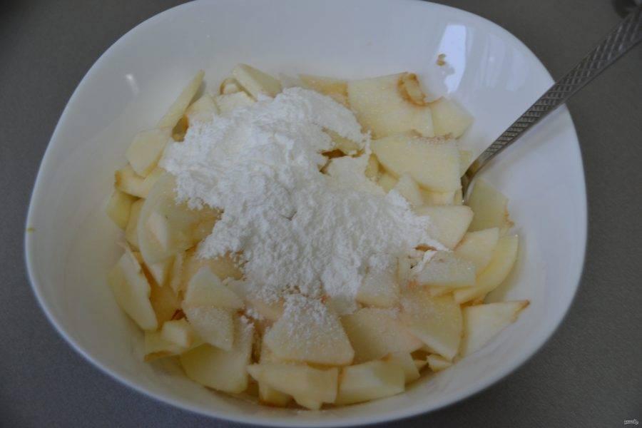 Очистите яблоки, нарежьте тонкими ломтиками, сбрызните лимонным соком. Добавьте столовую ложку сахара, крахмал, перемешайте.