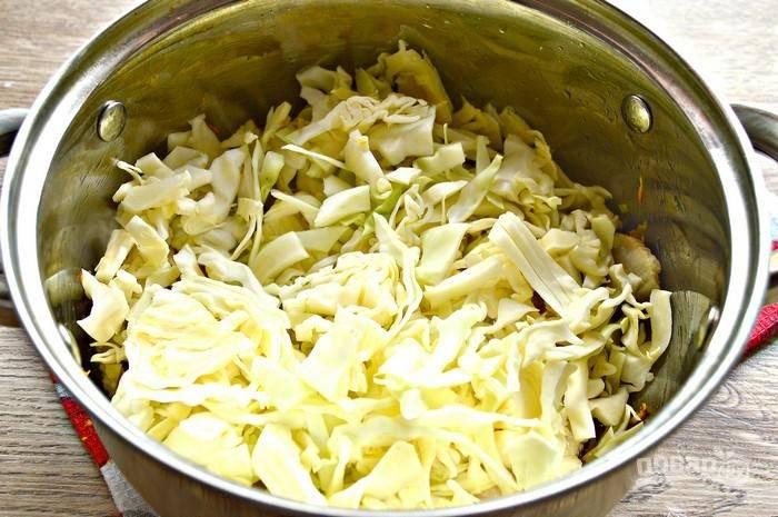 Добавьте капусту в сотейник, обжаривайте еще 5 минут.