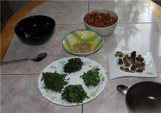 Для подачи супа можно подготовить сухарики, измельченную зелень и семечки.