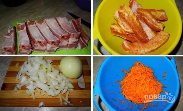 1. Фасоль замочите с вечера в холодной воде. Ребра вымойте, обсушите нарежьте, посолите и присыпьте специями по вкусу. Очистите и измельчите лук, натрите на терке морковь.