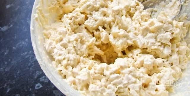Переложите все подготовленные ингредиенты в миску, добавьте заправку, тщательно все перемешайте. Поставьте салат в холодильник, чтобы он успел настояться. Подавайте со свежим хлебом или тостами.