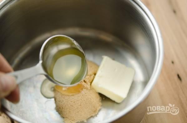 Для соуса растопите сливочное масло с сахаром и ложкой сиропа из персиков в глубоком сотейнике.