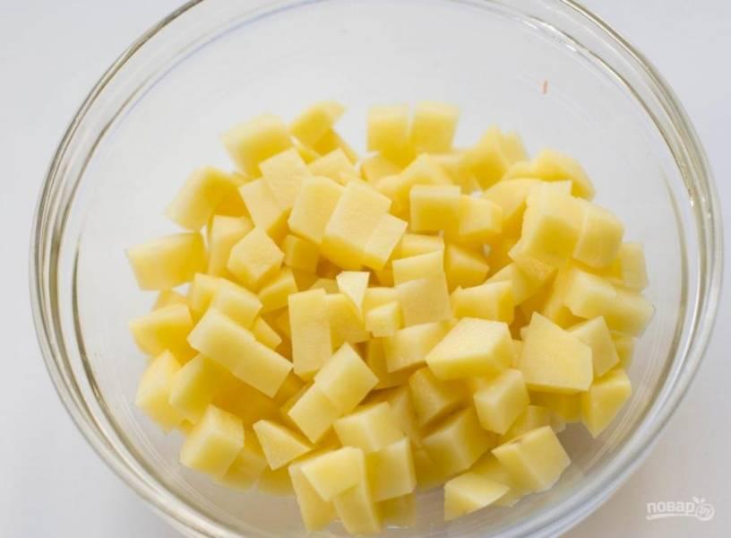 Картошку порежьте кубиком, также порежьте копченую рыбку.