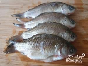 4. Беру рыбку, которую нужно очистить, выпотрошить внутренности и удалить все жабры. Затем хорошо промыть под проточной водой.