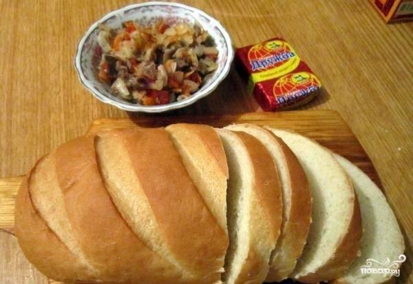 3.В миске соединяем овощи, мясо с грибами и колбасой, перемешиваем. Батон нарезаем на ломтики.