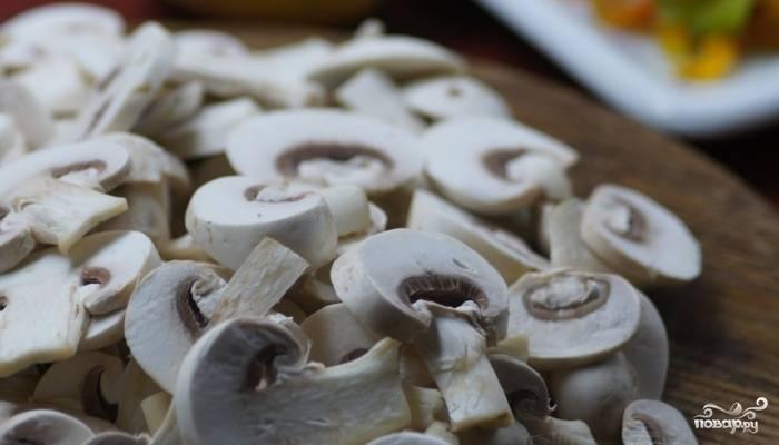 Пока лук обжаривается, нарежьте шампиньоны тонкими пластинами.