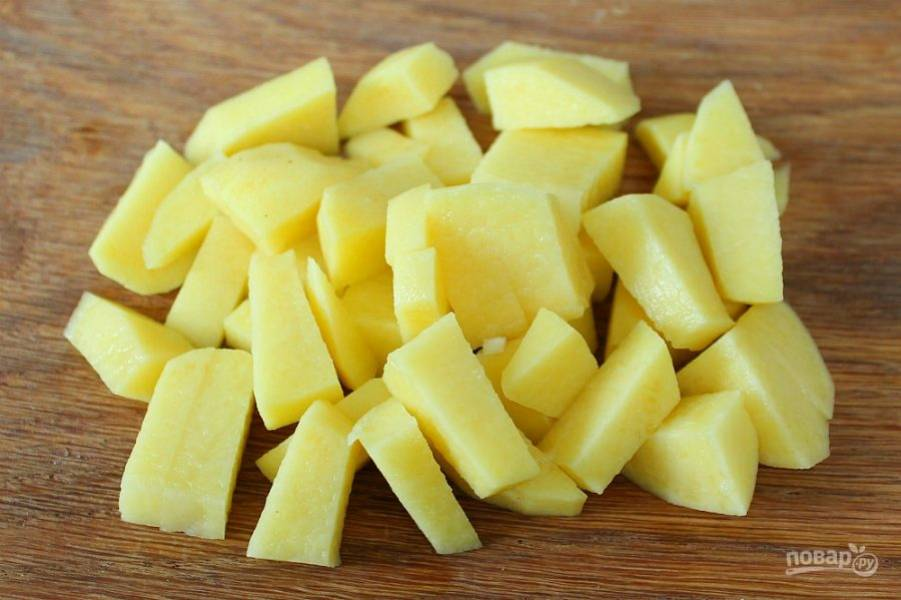 5. Картофель чистим, режем и добавляем в суп.