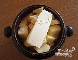 Солим, перчим, кладем кусочек сливочного масла. Вливаем 0,5 стакана бульона или воды и ставим в разогретую до 180С духовку на 35-40 минут.