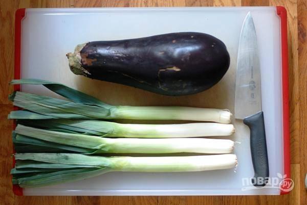 Вымойте овощи. Смешайте сахар, соусы, уксус, сок лайма в небольшой баночке. Встряхните ее хорошенько, чтоб сахар растворился.