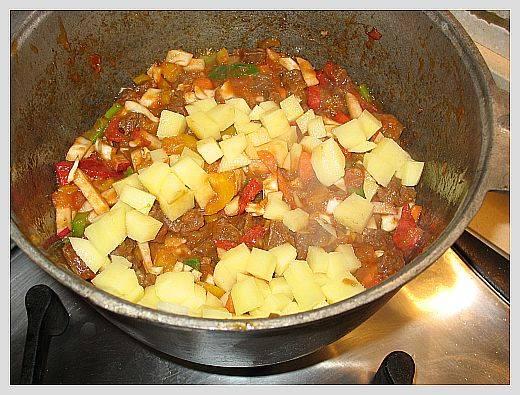 Овощам даем покипеть пять минут и добавляем картофель.