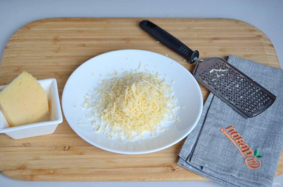 5. Тем временем натрите на мелкой терке сыр.