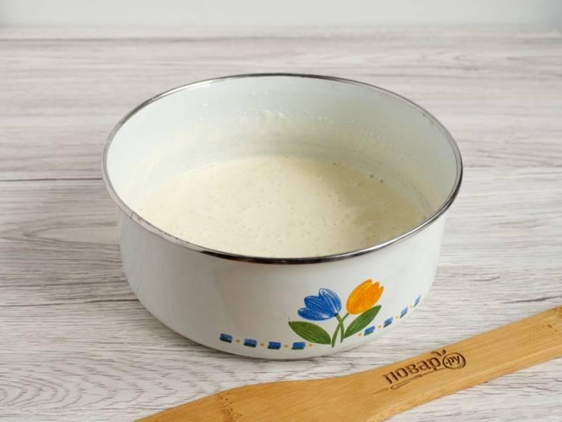 В жаропрочной форме смешайте сметану, яйцо, сахар, ванильный сахар и муку. Взбейте до однородной массы.